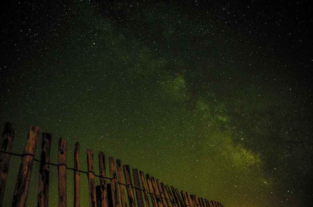 Wooden fence in front of view of milky way stargazing, source pixabay